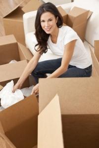 Frau packt Umzugkartons