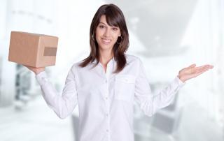 Frau mit Paket